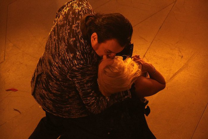 Кого Киркоров целует в засос?