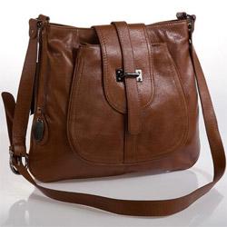 Можно чистить кожаные сумки водой с добавлением мыла и нашатырного.