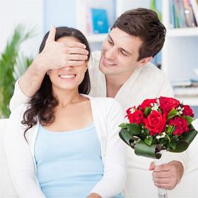 Как подарить цветы подруге