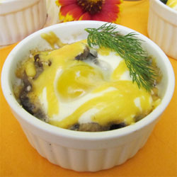 Жульен из шампиньонов с перепелиными яйцами