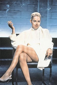 Девушка садится на ножку стула фото 684-429